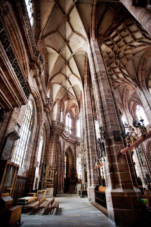 NUREMBERG, ALEMANIA - 20 DE JUNIO: Interior de la iglesia del St Lorenz (St Lawrence) imagen de archivo libre de regalías