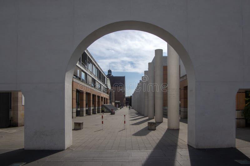Nuremberg/ALEMANIA - 17 de septiembre de 2018: Arquitectura moderna - manera de derechos humanos con las columnas imagenes de archivo