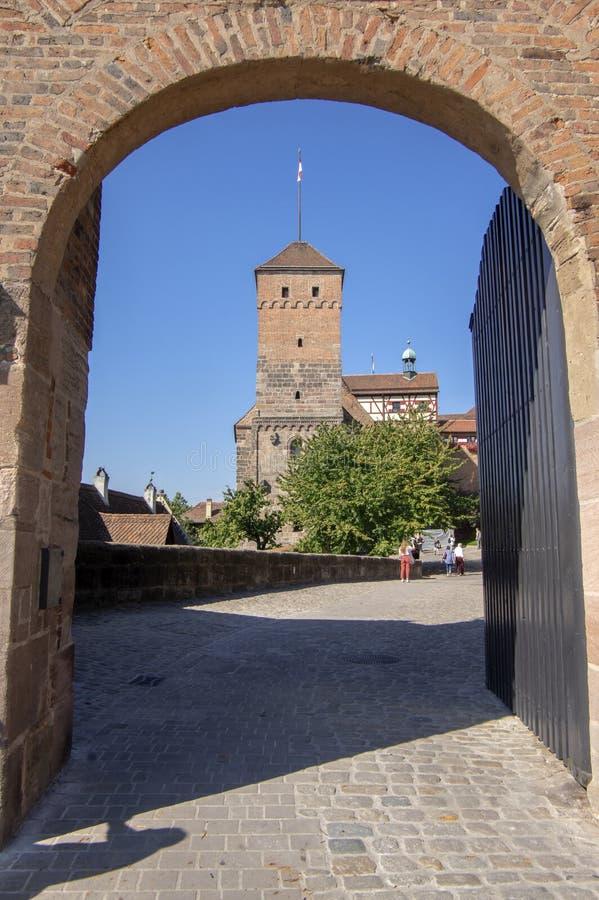 Nuremberg/ALEMANIA - 17 de septiembre de 2018: El castillo imperial de Nuremberg con las torres en el top de la colina fotografía de archivo