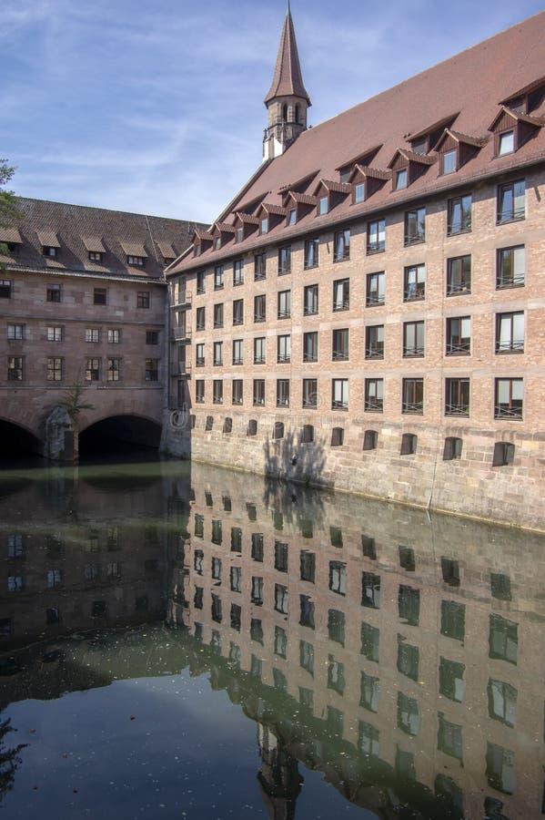 Nuremberg/ALEMANIA - 17 de septiembre de 2018: Heilig-Geist-Spital, hospicio del bulding histórico hermoso del Espíritu Santo en  fotos de archivo
