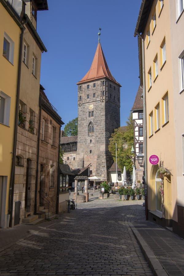 Nuremberg/ALEMANIA - 17 de septiembre de 2018: Manera de vida en el centro histórico de Nuremerg Bloque de viviendas imagen de archivo