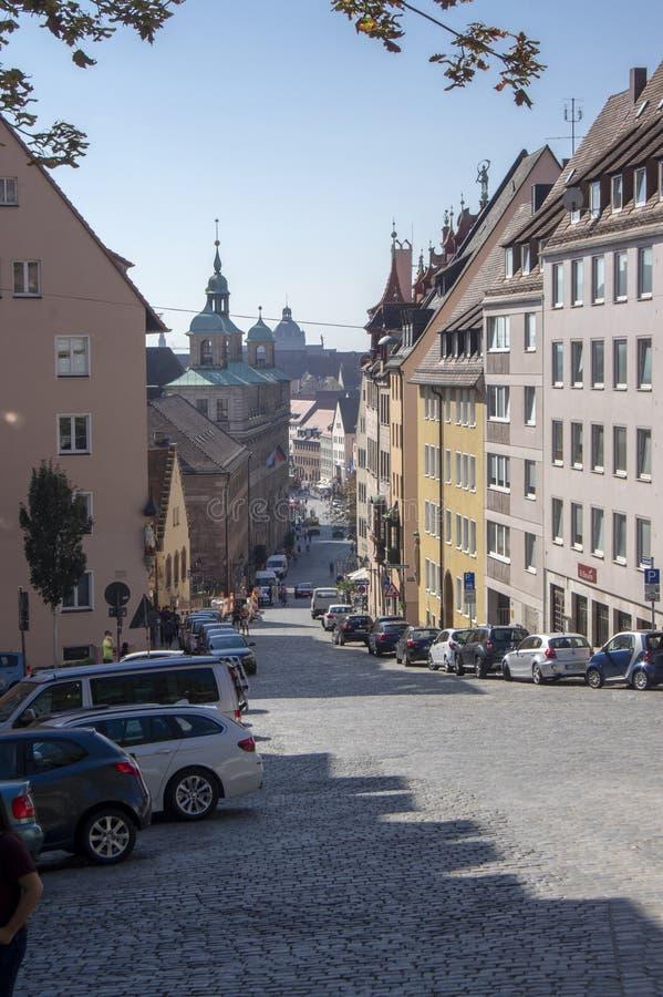 Nuremberg/ALEMANIA - 17 de septiembre de 2018: Manera de vida en el centro histórico de Nuremerg Bloque de viviendas fotografía de archivo libre de regalías