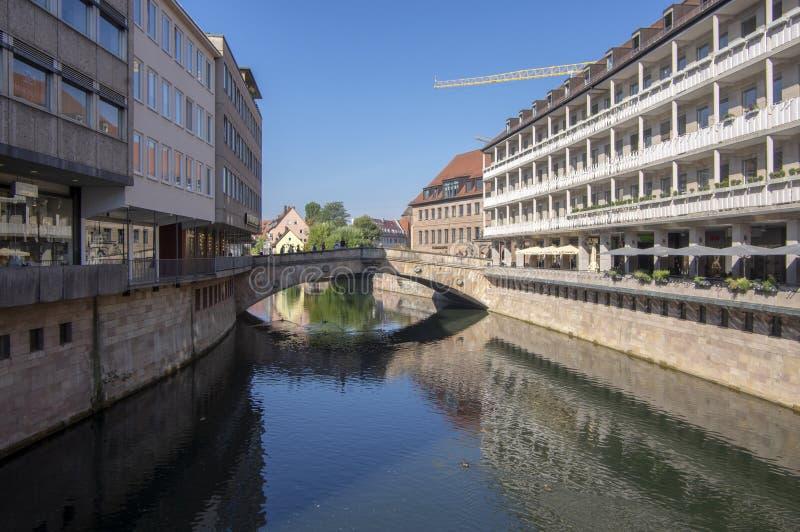 Nuremberg/ALEMANIA - 17 de septiembre de 2018: Manera de vida en el centro histórico de Nuremerg Bloque de viviendas fotografía de archivo