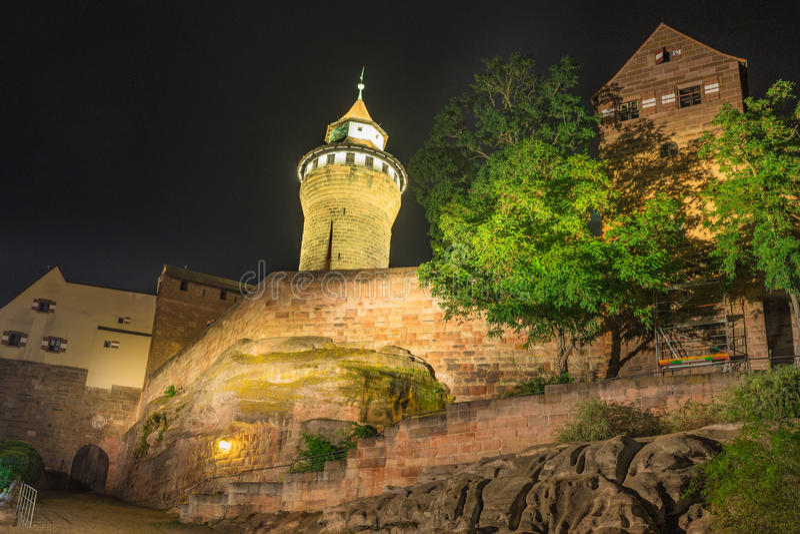 Nuremberg Allemagne, tour de Sinwell de château de Kaiserburg photos stock