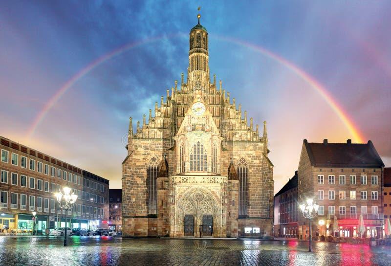 Nuremberg, cathédrale Frauenkirche dans Hauptmarkt avec l'arc-en-ciel, Ba images stock