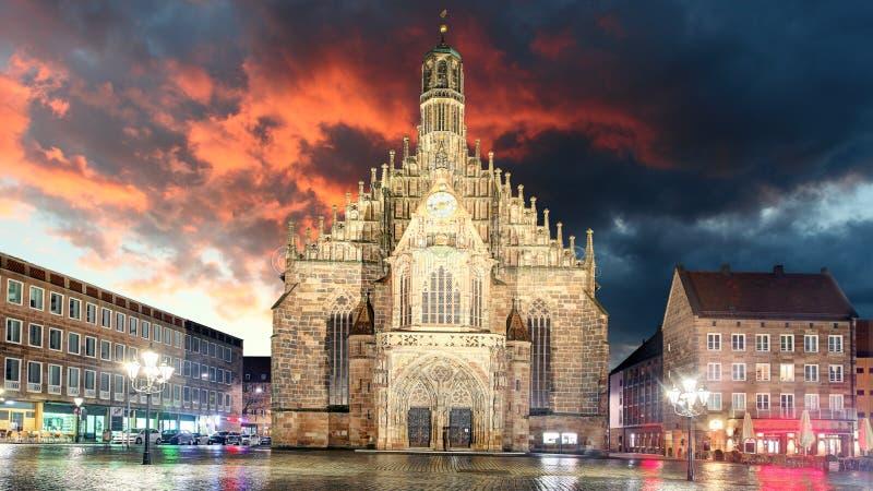 Nuremberg, cathédrale Frauenkirche dans Hauptmarkt avec l'arc-en-ciel, Ba photo libre de droits