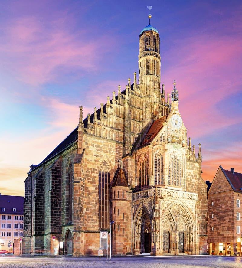 Nuremberg, cathédrale Frauenkirche dans Hauptmarkt avec l'arc-en-ciel, Bavière, Allemagne images stock