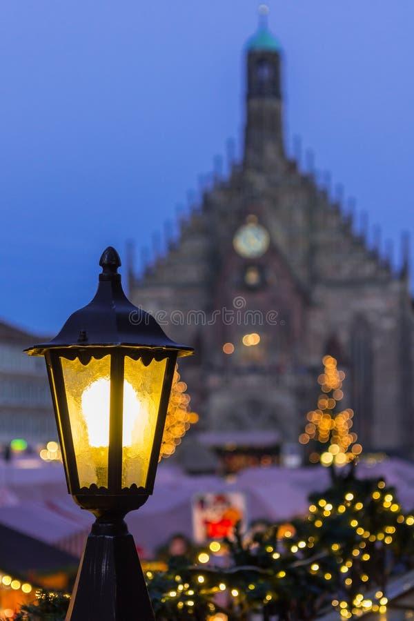 Nuremberg, Duitsland-Magische Kerstmismarkt bij schemer stock afbeelding