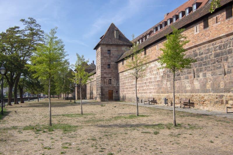 Nuremberg/DUITSLAND - September 17, 2018: De muren van de Amazinstad in Nuremberg, mooie de herfstdag - blauwe hemel en zonlicht stock foto's