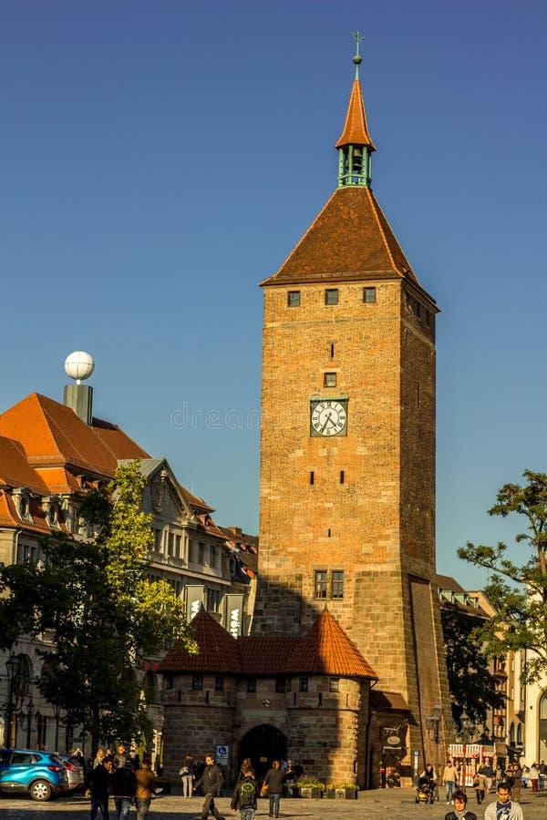Nuremberg, luz solar Torre-dourada Alemanha-branca imagens de stock