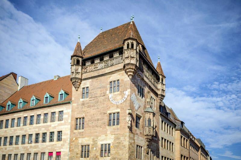 NUREMBERG: Medeltida solur på husväggen i gammal stad av Nuremberg, Tyskland Sikt av Bayern arkivfoto