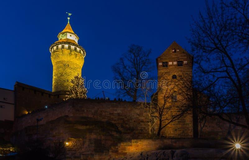 Nuremberg (Nuernberg), castelo cidade-imperial velho de Alemanha-noite fotografia de stock
