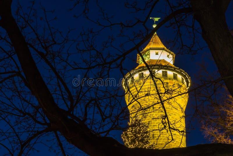 Nuremberg (Nuernberg), Duitsland-Toren Keizerkasteel bij nacht stock afbeeldingen