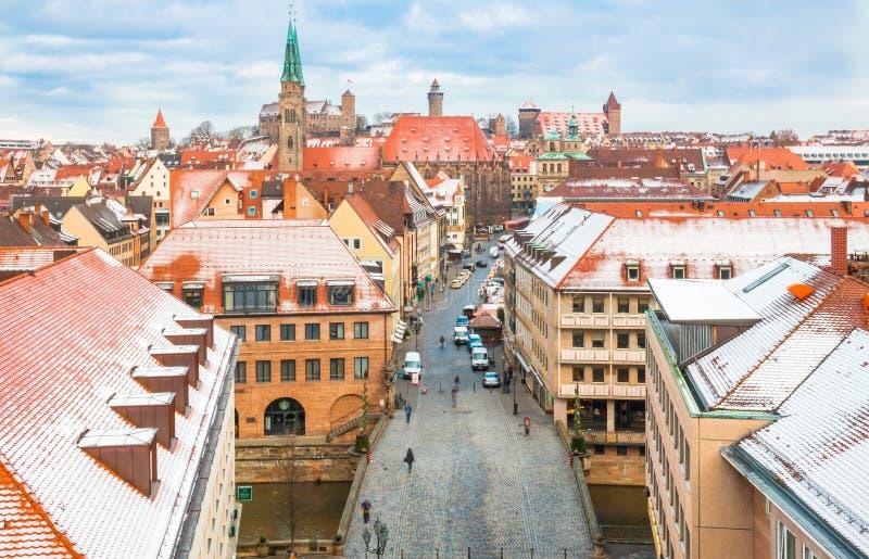 Nuremberg (Nuernberg), Tyskland-antenn sikt - snöig gammal stad arkivfoto