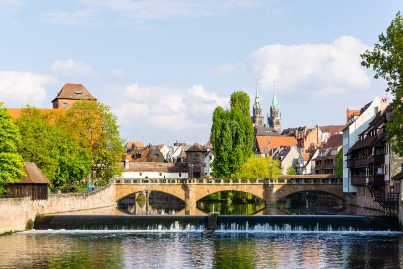 Nuremberg panorama z Weinstadel i Lorenzkirche przy niebieskim niebem obraz royalty free