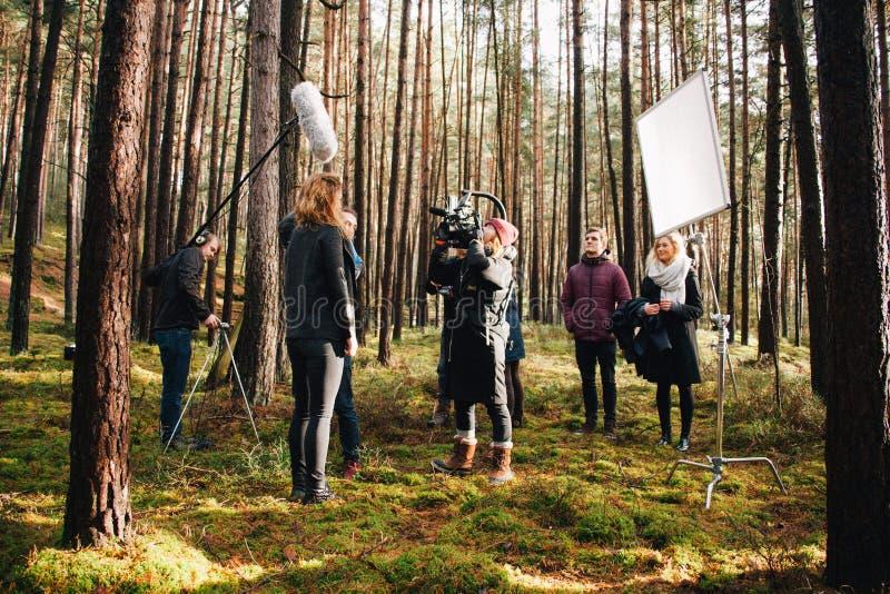 8 9 2017 Nuremberg, Tyskland: Bak platsen Plats för film för filmande för lag för filmbesättning på utomhus- läge Gruppbiouppsätt fotografering för bildbyråer
