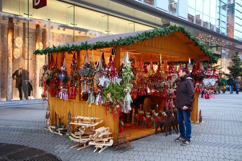 NUREMBERG TYSKLAND - DECEMBER 21, 2013: En souvenirstall på julen som är ganska på Karolinenstrasse, Nuremberg, Tyskland arkivfoton