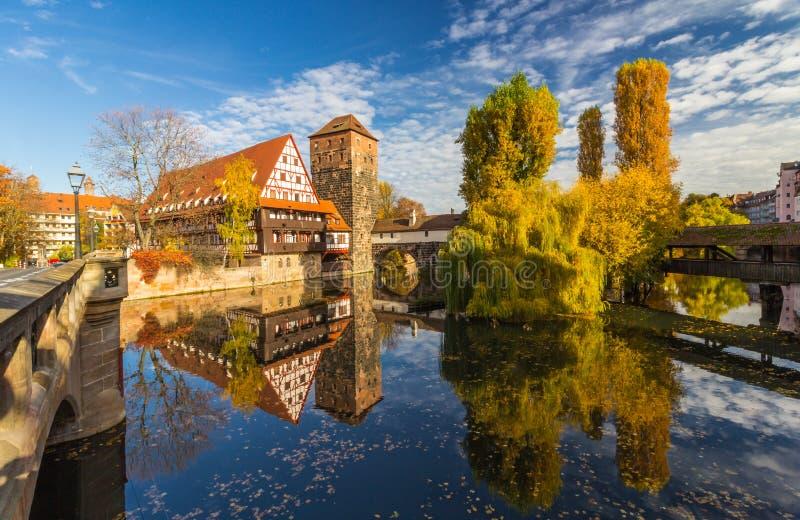 Nuremberg-Tyskland-flod Pegnitz för höstspegelplats royaltyfria foton
