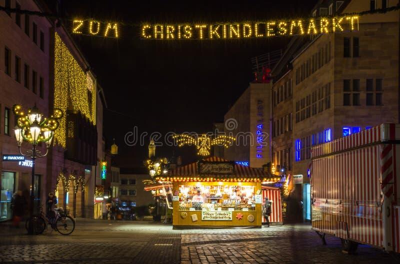 Nuremberg Tyskland-natt - julmarknad (Christkindlesmarkt) arkivfoton
