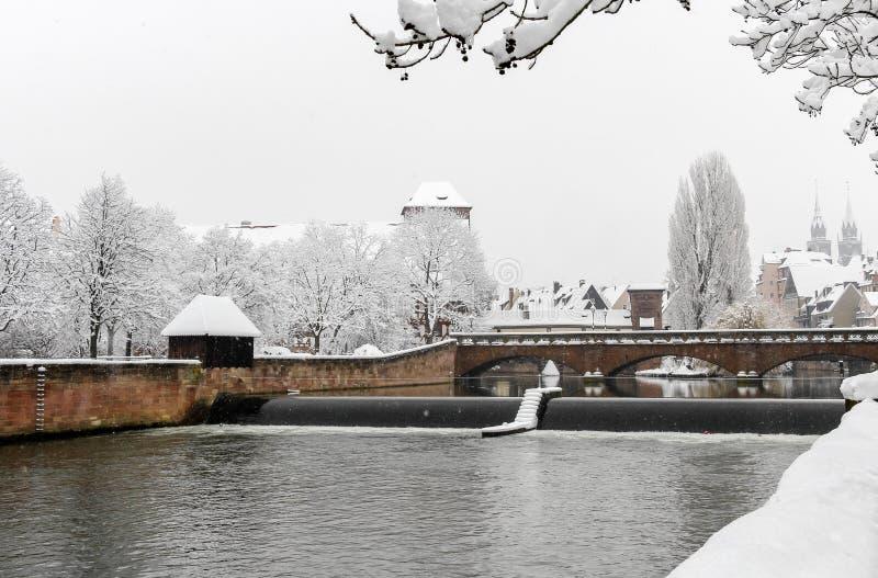 Nuremberg Tyskland - snöig cityscape för vinter royaltyfri bild