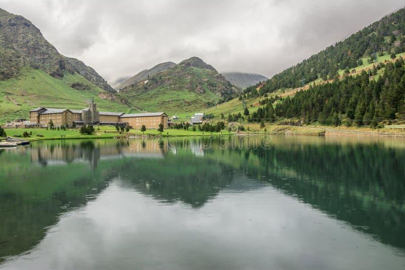 Nuria Sanctuary e reflexão nos pyrenees catalan spain fotografia de stock royalty free
