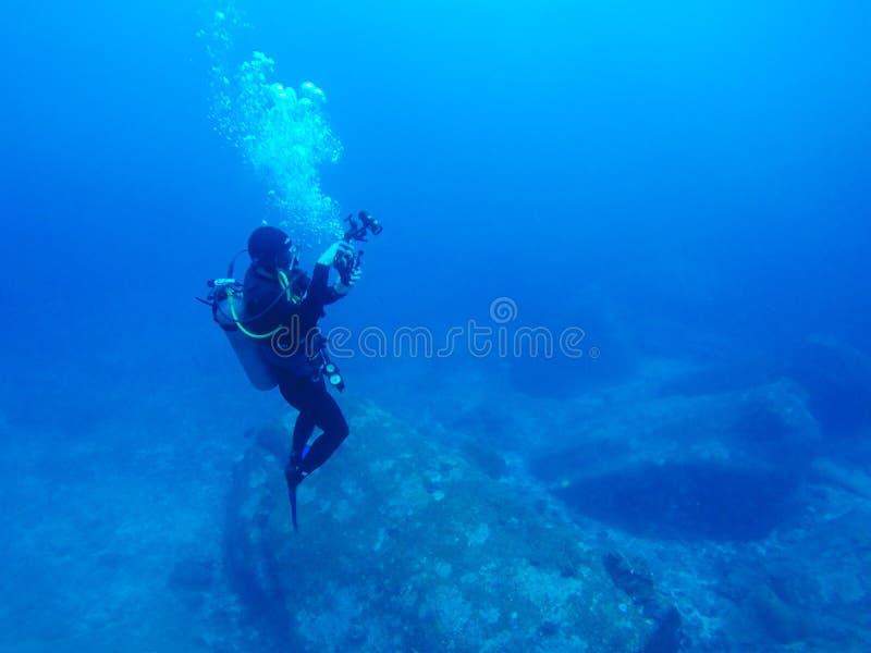 Nurka pływanie nad skałą obrazy royalty free