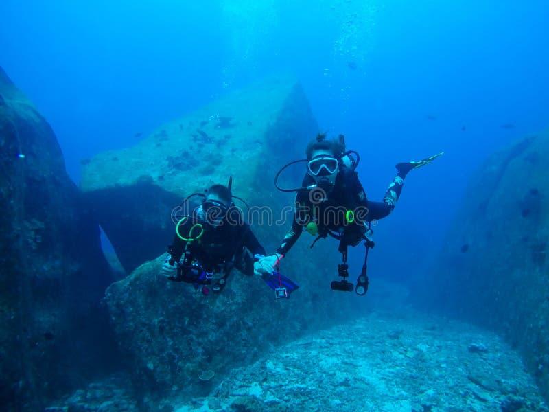 Nurka pływanie nad skałą zdjęcia royalty free