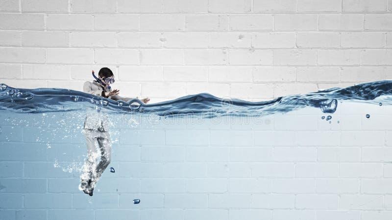Nurkować w wodnym biznesmenie obrazy royalty free