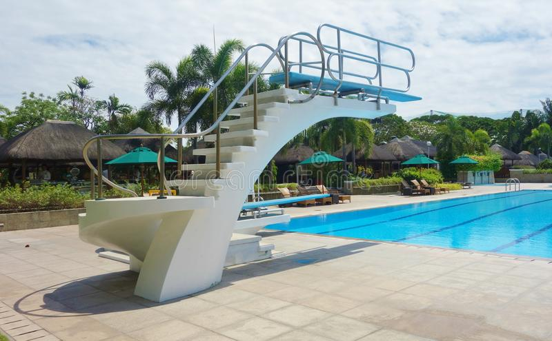 Nurkowa platforma pływackim basenem zdjęcie stock