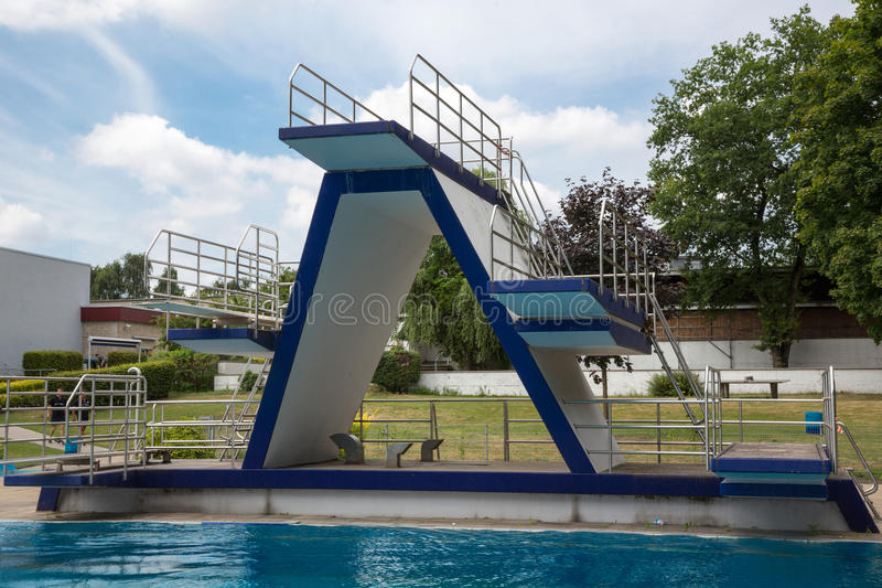 Nurkowa platforma przy pływackim basenem obraz stock