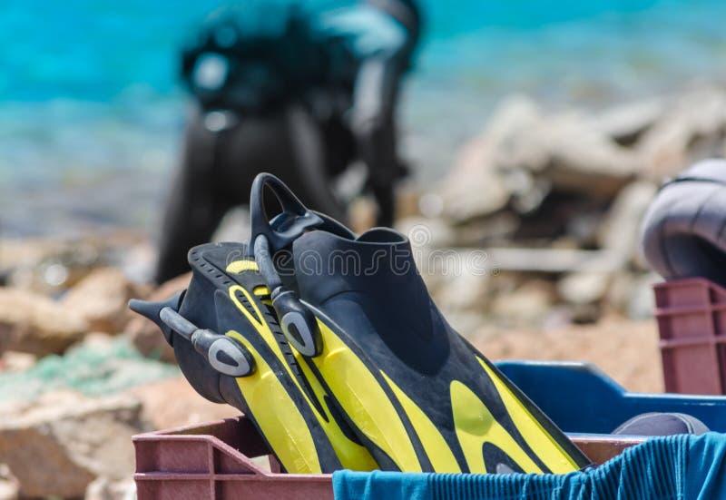 Nurkowy wyposażenie w skrzynce na plaży w Egipt fotografia stock