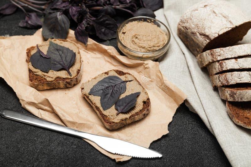 Nurkuje wątrobowego łeb na chlebie, zakąski grzanka obraz stock