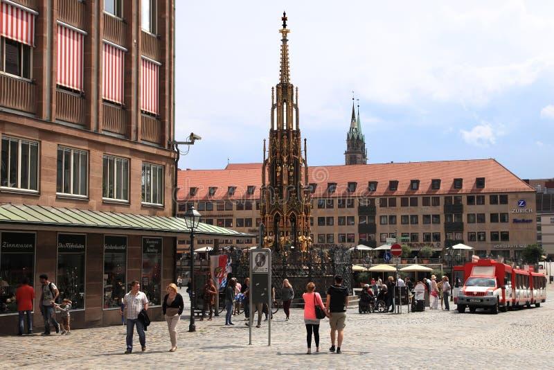 NURNBERG TYSKLAND - JULI 13 2014: Hauptmarkt den centrala fyrkanten royaltyfri fotografi