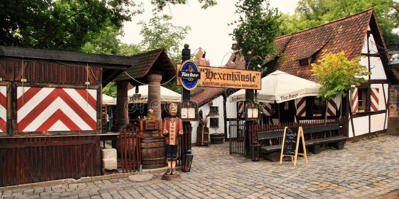 NURNBERG TYSKLAND - JULI 13 2014 Sikt av ett litet kafé i cen royaltyfri fotografi