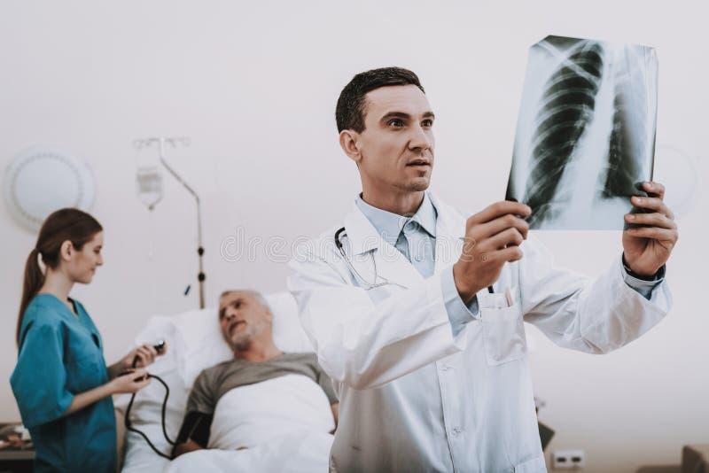 Nurs和患者在医院 医院和医生 免版税库存图片