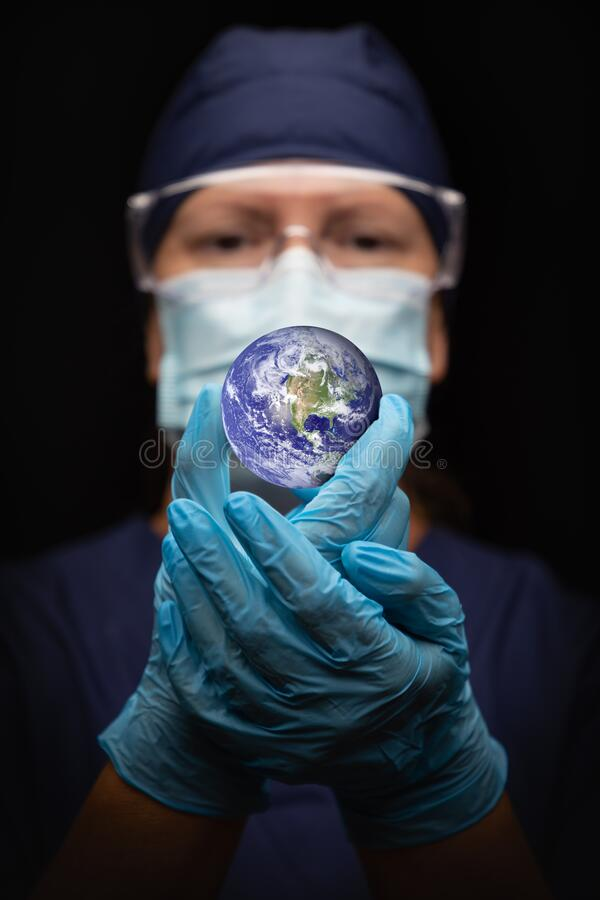 Free Nurse Or Doctor Wearing Face Mask And Surgical Gloves Holding The Planet Earth Royalty Free Stock Photo - 217305085
