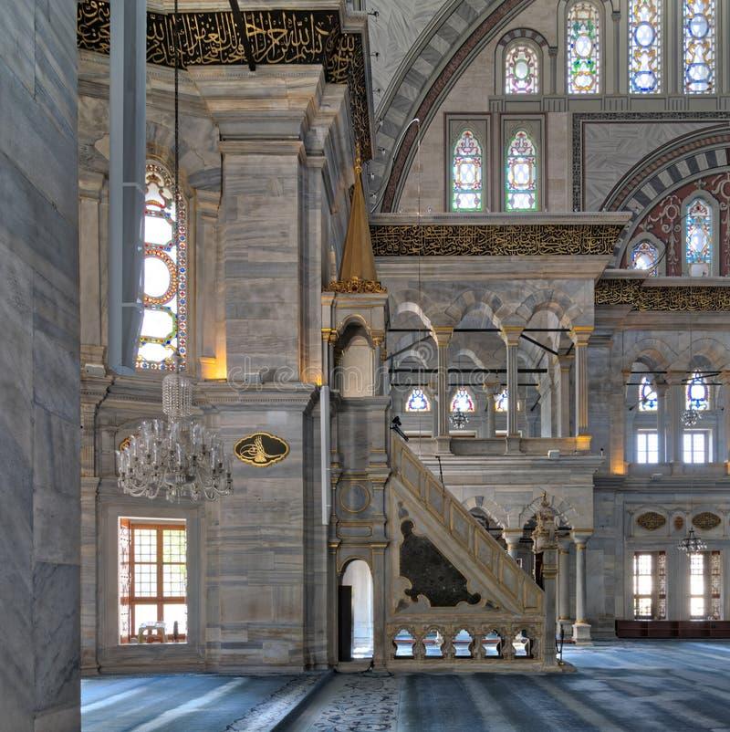 Nuruosmaniye清真寺内部射击有minbar平台的,曲拱&上色了污迹玻璃窗,伊斯坦布尔,土耳其 免版税库存照片