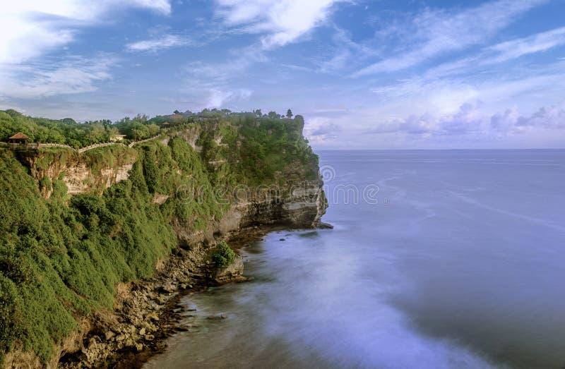 Nusa Dua Uluwatu με τους όμορφους απότομους βράχους και τις παραλίες στο Μπαλί, Indo στοκ εικόνες