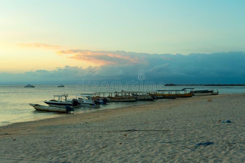 Nusa penida, Bali strand med dramatisk himmel och solnedgång royaltyfri foto