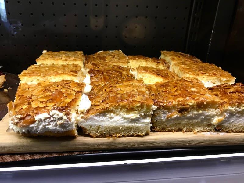 Nuss-Gebäck-Schnitt deutscher Kuchen Nussecken süßer im Quadrat und Creme gefüllt stockfotografie