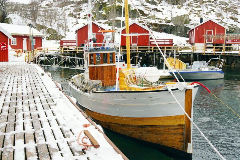 NUSSFJORD, LOFOTEN-ARCHIPEL, 27 MAART, 2019: Beeld van Nussfjord-dorp, Lofoten-Eilanden stock fotografie