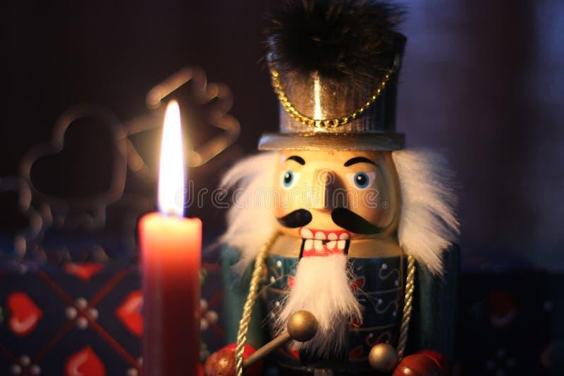 Nussknacker und eine Kerze stockfoto