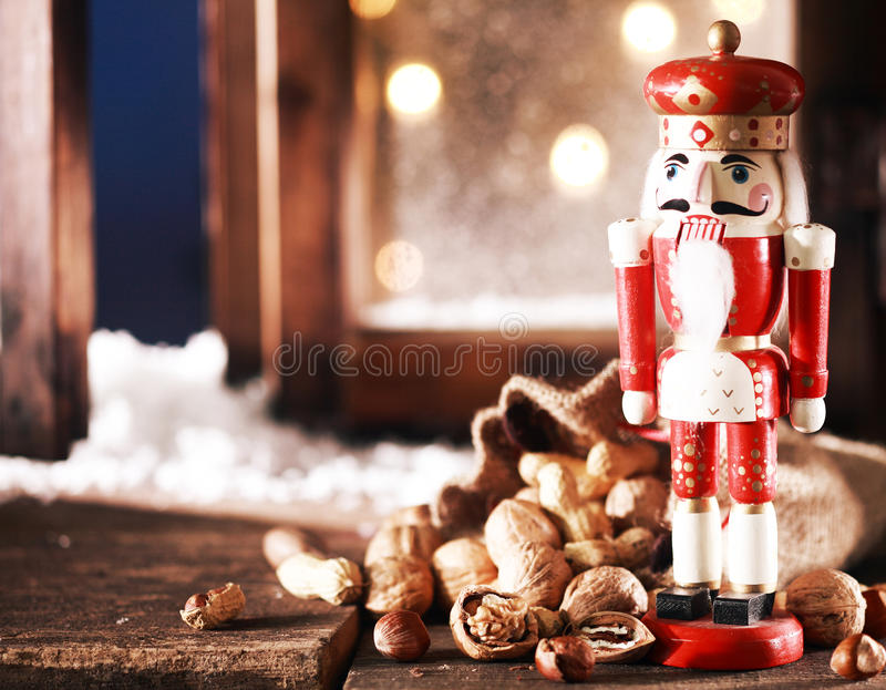 Nussknacker und Nüsse auf Holztisch lizenzfreie stockfotografie