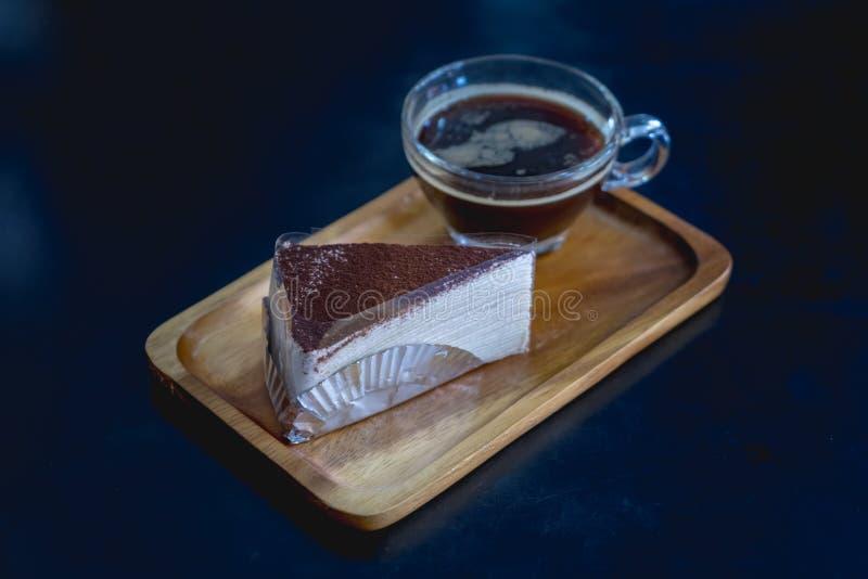 Nutella zasycha krepy z kawą na drewnianym talerzu obrazy stock