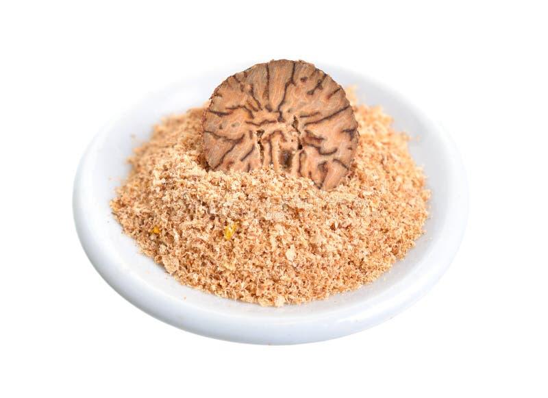 Nutmeg, fragrant nutmeg lub prawdziwy nutmeg, Przyrodnia dokrętka i proszek pojedynczy białe tło obrazy stock