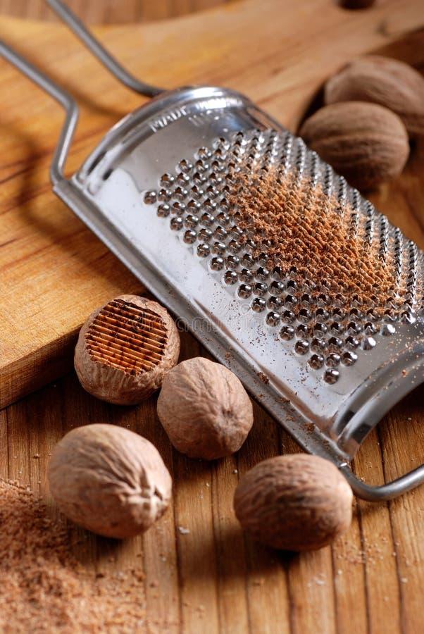 Nutmeg och rivjärn arkivfoto