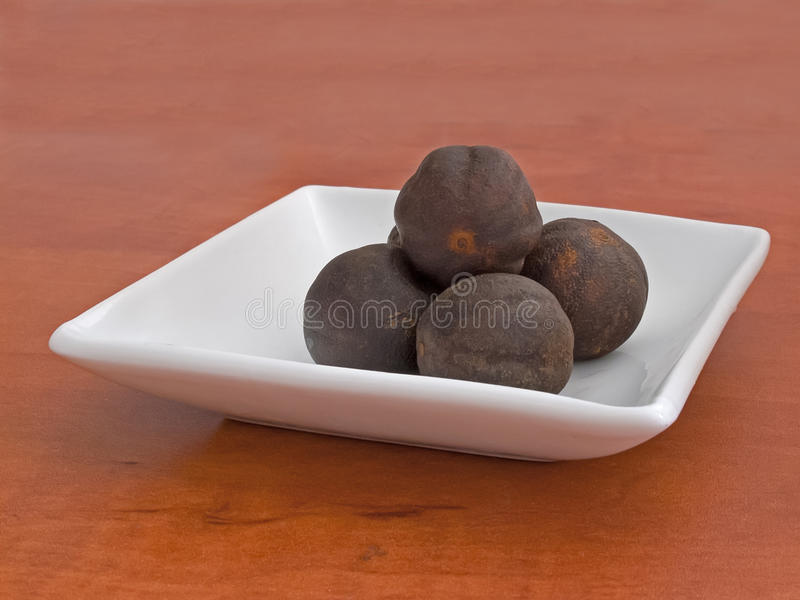 Nutmegs στο πιατάκι στοκ εικόνες με δικαίωμα ελεύθερης χρήσης