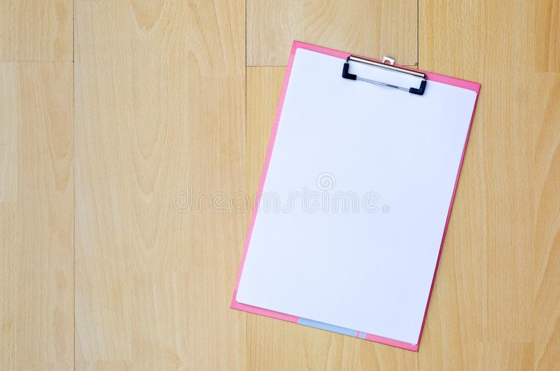 Nutowego papieru Kawowego kubka pióra odgórny widok na drewnianym podłogowym writing pomysle na książce, pracy przestrzeń fotografia stock