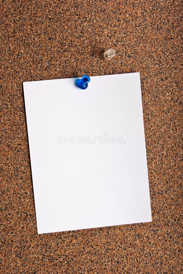 Nutowy papier halsujący na korkowej desce zdjęcia royalty free