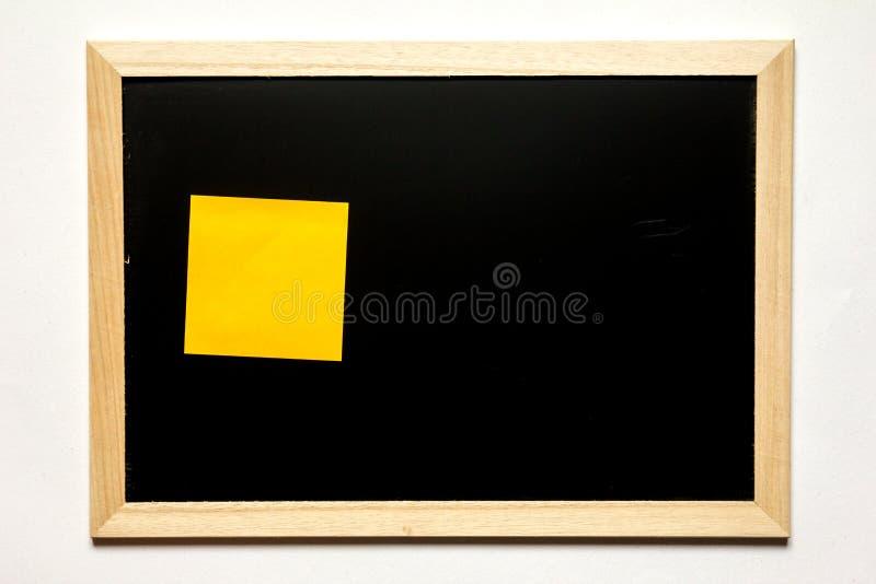 Nutowy papier w czerni desce z drewno ramą na białym tle zdjęcie stock